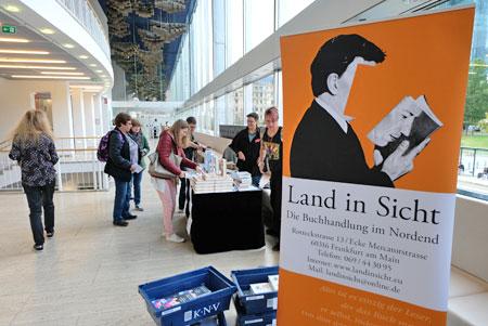 """Buchverkaufsstand der Buchhandlung """"Land in Sicht"""" ©  Foto: Diether  v Goddenthow"""