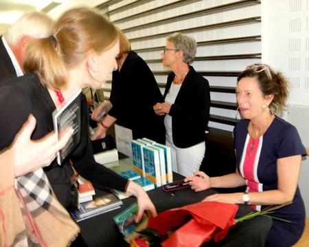Während des Eröffnungsempfangs signiert Eva Menasse ihre Bücher begeisterter  Leser/innen. ©  Foto: Diether  v Goddenthow