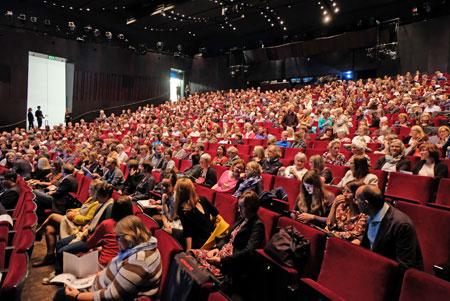 Ausverkauft: Das Schauspiel Frankfurt ist am Shortlist-Abend bis auf den letzten Platz besetzt. ©  Foto: Diether  v Goddenthow