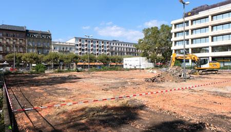 Das rotweißgestreifte Band markiert die später überbaute Fläche.  ©  Foto: Diether  v Goddenthow
