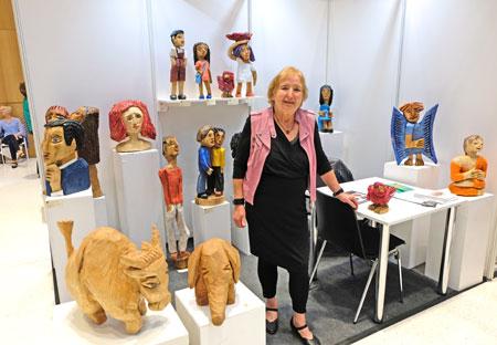 Die bekannte Holzbildhauerin Karin Waldmann ist sehr zufrieden mit der Ausstellung. . ©  Foto: Diether  v Goddenthow