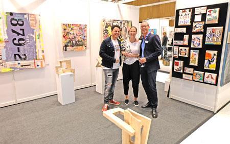 Gute Stimmung auch auf dem Stand der renommierten Wiesbadener Galerie Kunst Schäfer. Björn Lewalter hier im angeregten Gespräch mit Frankfurter Gästen. ©  Foto: Diether  v Goddenthow