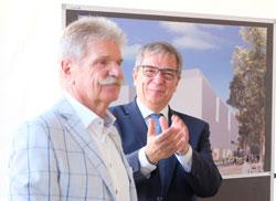 Gert Uwe Mende feiert den Museumsstifter Reinhard Ernst. ©  Foto: Diether  v Goddenthow