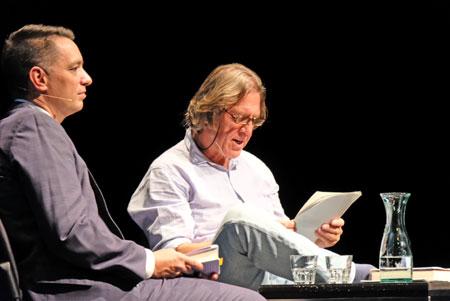 Kritiker Christoph Schröder mit Norbert Scheuer  bei der Lesung aus Winterbienen.©  Foto: Diether  v Goddenthow