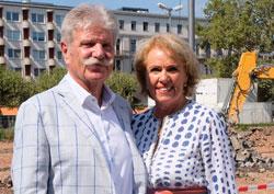Stifterehepaar Sonja und Reinhard Ernst vor dem Areal des künftigen Museums. .©  Foto: Diether  v Goddenthow