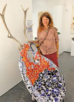 """Tanja Corbach mit ihrem """"Thron für Lauscher"""", Beton und Keramik. ©  Foto: Diether  v Goddenthow"""