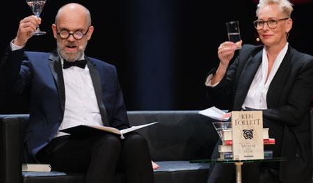 Das fröhliche Moderatorenpaar der ersten Literaturgala der Frankfurter Buchmesse Thomas Böhm und Bärbel Schäfer.  © Foto: Diether v Goddenthow