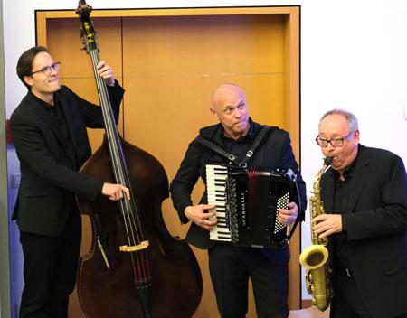 Für eine jazzige, musikalische Umrahmung sorgte das Trio Surprise. © Foto: Diether v Goddenthow