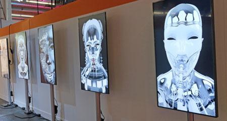 """The Arts.  Sargon Khinoev mit """"Sweat"""", welches sich mit dem Diskurs des menschlich-technischen-Verhältnisses beschäftigt. Es ist ein Versuch, die Erotik zwischen Menschen und Robotern aus den Fesseln der Utopie zu befreien. © Foto: Diether v Goddenthow"""