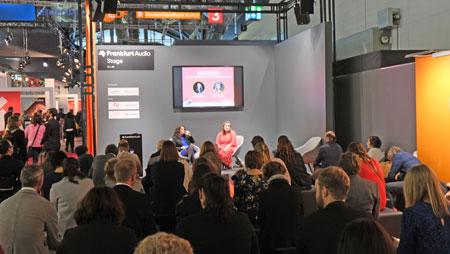 """Mittlerweile zählt der Audiobereich mit Hörbüchern, Podcasts und sonstigen Audio-Trends in der Medienbranche zu den wachstumsstärksten Segmenten. Aus diesem Anlass wurde diesem Mediensegment erstmals auf der Frankfurter Buchmesse eine  eigene Plattform der """"Frankfurt Audio Stage"""" eingerichtet. © Foto: Diether v Goddenthow"""