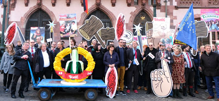 """Nach dem Empfang im Kaisersaal zum 40. versammelte  sich die Satire-Szene mit Zonen-Gabis """"Gurken-Banane""""  auf dem Frankfurter Römerberg zu einer Festparade durch die neue Altstadt. © Foto: Diether v Goddenthow"""