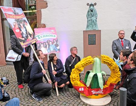 Niederhocken am Kranz vor Hans Traxlers Elchskulptur. ©  Foto: Diether  v Goddenthow
