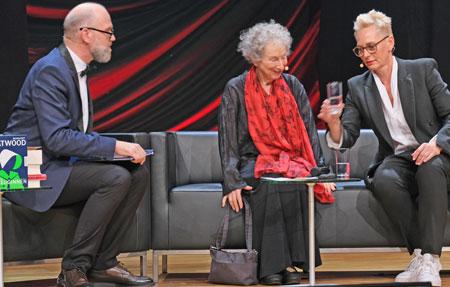 Moderator Thomas Böhm, Schrifstellerin Margaret Atwood und Moderatorin Bärbel Schäfer.© Foto: Diether v Goddenthow