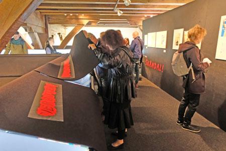 Vitrinen des Verbotenen mit 12 absolut widerwärtigen Titanic-Ausgaben. ©  Foto: Diether  v Goddenthow