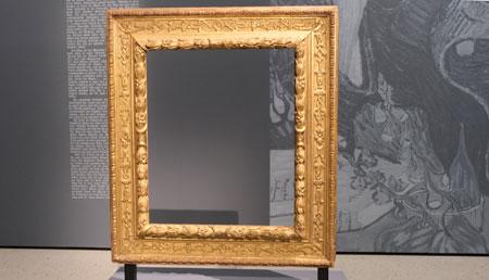 Der leere im Besitz des Städels befindliche Bilderrahmen des bis heute verschwundenen bzw. für die Öffentlichkeit unzugänglichen van Gogh-Portraits Dr. Gachet (1890) © Foto: Diether v Goddenthow