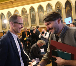 Saša Stanišić bedankt sich bei allen Mitgliedern der Jury, hier bei Hauke Hückstädt, (Literaturhaus Frankfurt am Main), der seinerseits dem Preisträger herzlich zur Auszeichnung gratuliert. © Foto: Diether v Goddenthow