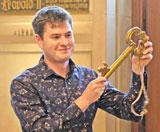 TITANIC-Chefredakteur Moritz Hürtgen hat gerade vom Oberbürgermeister  den Rathausschlüssel erhalten.  ©  Foto: Diether  v Goddenthow