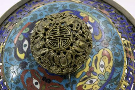 Räuchergefäß, Detail Cloisonné China, Qing-Zeit 18./19. Jh. Foto: Ute Kunze, © Museum Angewandte Kunst
