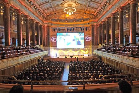 Veranstaltungs-Impression aus dem Friedrich-von-Thiersch-Saal des Wiesbadener Kurhauses. Er gilt als einer  der schönsten Konzertsäle und Eventräume Deutschlands. © Foto: Diether v Goddenthow