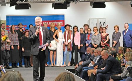 Abschlussfoto mit allen beteiligten Ateliers, Models, Moderator und Präsident sowie Bernhard Mundschenk. © Foto: Diether v Goddenthow