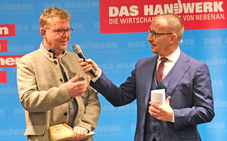 Handgefertigte Schuhe vom Wiesbadener Schuhmachermeister Andreas Baumbach, hier im Gespräch mit Moderator Jörg Brandmeyer. © Foto: Diether v Goddenthow
