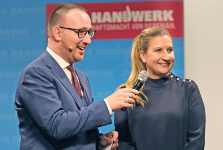 Lara Melanie Renner im Gespräch mit Moderator Jörg Brandmeyer. © Foto: Diether v Goddenthow