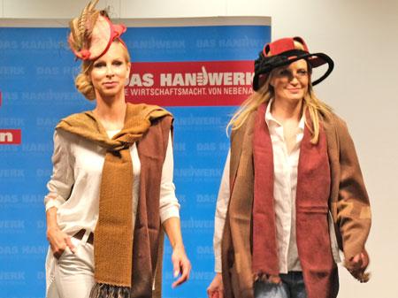 Ausgefallene Hutmode kombiniert mit den passenden Schals dazu vom Bad Homburger Hutsalon und der Handweberei Siebörger aus Ober-Ramstadt. © Foto: Diether v Goddenthow
