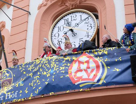 Der Contdown läuft zur Verkündung des Närrischen Grundgesetzes am 11.11.2019 vom Balkon des Osteiner Hofs. © Archivbild: Diether v Goddenthow