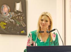 Die Kulturwissenschaftlerin Dr. Nicole Nieraad-Schalke  befasste sich in ihrer Einführung mit jedem einzelnen Werk der Ausstellung.© Foto: Diether v Goddenthow