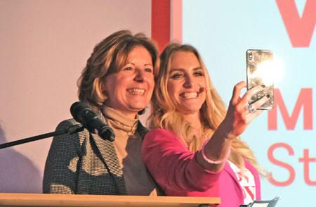 Noch ein Selfie für Instagram - Ministerpräsidentin Malu Dreyer mit Moderatorin Anna Kraft. © Foto: Diether v Goddenthow