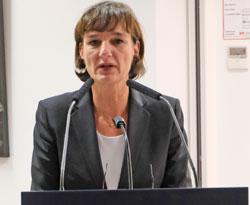 Kulturdezernentin Marianne Grosse dankt der MVB, dem Eisenturm und den Künstlern. © Foto: Diether v Goddenthow