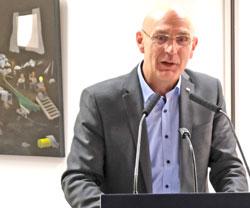 Ume Abel, Vorstandsvorsitzender der MVB, begrüßt die Gäste. © Foto: Diether v Goddenthow