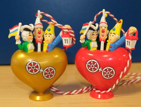 Die Zug-Plakettchen helfen bei der Finanzierung des Rosenmontagszugs Am besten beide kaufen!!! © Foto: Diether v Goddenthow