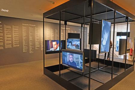 Eine Installation im Foyer lädt zu einer ersten visuellen Erkundungsreise ein.© Foto: Diether v Goddenthow
