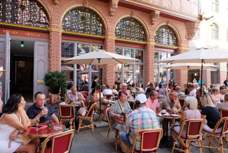Außenbereich zum Dom hin des Kaffeehauses Goldene Waage. © Foto: Diether v Goddenthow