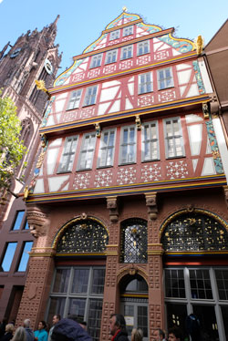Der Blick auf  das Renaissance-Gebäude die Goldene Waage vom Marktstrasse her, wenn man aus der U-Bahnstation Dom-Römer kommt. © Foto: Diether v Goddenthow