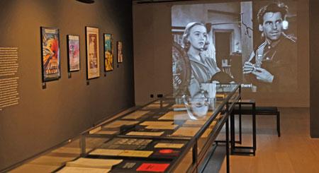 Im Hintergrund werden Filmausschnitte gezeigt, hier im Bild aus KINDER, MÜTTER UND EIN GENERAL (BRD 1955, R: László Benedek).© Foto: Diether v Goddenthow