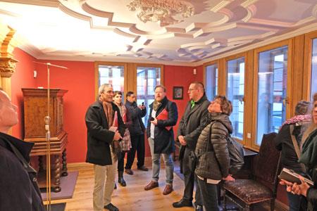 In der zweiten Museums-Etage befinden vier Räume. Hier die Presse-Führung mit Jan Gerchow im Pelikanzimmer. © Foto: Diether v Goddenthow