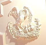 Der hier an der Decke in Stuck dargestellte Pelikan, der sich die Brust aufreißt, um seine Jungen zu füttern, symbolisiert den Opfertod Jesu Christi.  © Foto: Diether v Goddenthow
