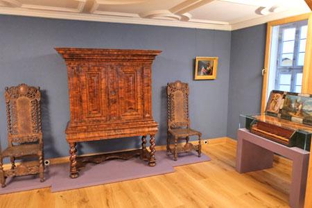 Im Musikzimmer wird neben wertvollen Möbeln auf Virginal, ein platzsparendes Cembalo, gezeigt, die im 17 Jahrhundert in großbürgerlichen Haushalten beliebt waren. © Foto: Diether v Goddenthow
