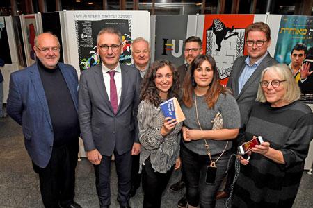 Landtagspräsident Hendrik Hering freute sich, bei der Ausstellungseröffnung neben den beiden Kuratorinnen auch die Unterstützer der Ausstellung zu begrüßen. Landtag Rheinland-Pfalz/Kristina Schäfer