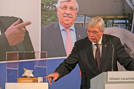 Volker Bouffier präsentiert den neuen Walter-Lübcke-Demokratie-Preis. © Foto: Diether v Goddenthow