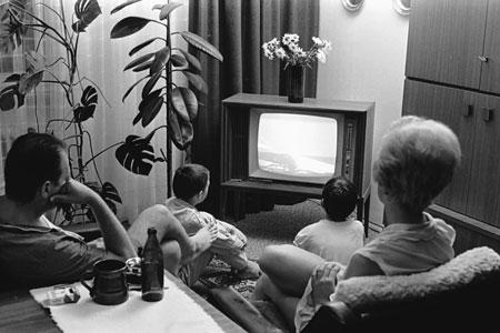 """Mondlandung Ausstellung """"Raumschiff Wohnzimmer. Die Mondlandung als Medienereignis"""" Eine Nürnberger Familie verfolgt die erste Mondlandung von US-Astronauten am 21.07.1969 im Fernsehen. © Foto: Wilhelm Bauer / Nürnberger Nachrichten"""