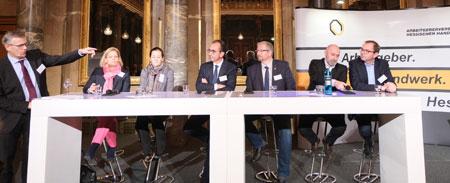 Talkrunde, moderiert von Wiesbadener-Kurier-Chefredakteur Stefan Schröder, mit den Fraktionsvorsitzenden des Hessischen Landtags (v.li.) Nancy Faeser (SPD), Janine Wissler (Die Linke), Michael Boddenberg (CDU), Arno Enners (AfD), Renè Rock (FDP) und Mathias Wagner (Bündnis 90/Die Grünen). © Foto: Diether v Goddenthow
