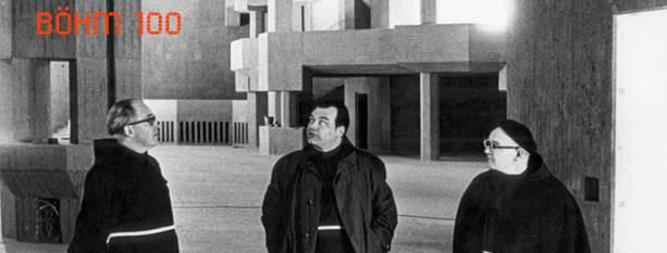 """Gottfried Böhm: Wallfahrtskirche """"Maria, Königin des Friedens"""", Neviges, 1963–68, P. Rufinus Reifenrath, Guardian des Klosters und Vertreter des Bauherrn, P. Augustin Honecker und P. Elmar Posch (v. l. n. r.) Foto: J.H. Darchinger/Friedrich Ebert Foundation, ca. 1968, courtesy of the Marienwallfahrt Neviges Archive"""