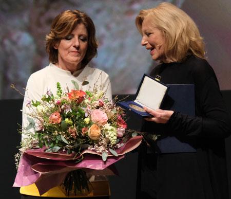 Ministerpräsidentin Malu Dreyer überreicht Maren Kroymann abschließend zur Auszeichnung mit der Carl Zuckmayer-Medaille noch einen großen bunten Blumenstrauß.  ©  Foto: Diether  v Goddenthow