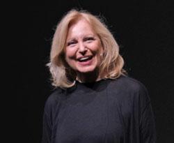 """Maren Kroymann empfand sich wie ein """"Klumpen Dank"""", den sie in ihrer Dankesrede aufdröselte und ihre Kabarettistenkollegen zu gelegentlich mehr Selbstironie und Selbst-Infragestellung aufforderte. ©  Foto: Heike  v Goddenthow"""