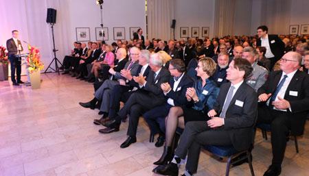 IHK-Präsident begrüßt 500 Gäste beim Neujahrsempfang der IHK Wiesbaden.  © Foto: Diether v Goddenthow