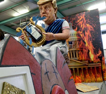 """Abgehoben und entrückt, wie Nero einst von sich entzückt, so twittert Trump sich seine Welt, in der er sich für'n Cäsar hält. Zugnummer 28 """"Oh lodernd Feuer"""" © Foto: Diether v Goddenthow"""