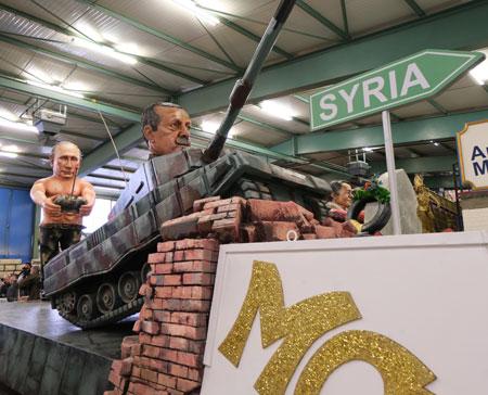 """Es war einmal ein Erdogan, der träumt, er würd' den Panzer fahr'n. Doch steuert ihn, das sehen wir, der machtbesess'ne Wladimir. Zugnummer 89 """"Putins Panzerfahrer"""" © Foto: Diether v Goddenthow"""